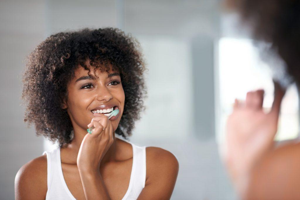Les dentifrices qui proclament leurs vertus blanchissantes n'adhèrent pas assez longtemps aux dents pour remplir leur promesse.