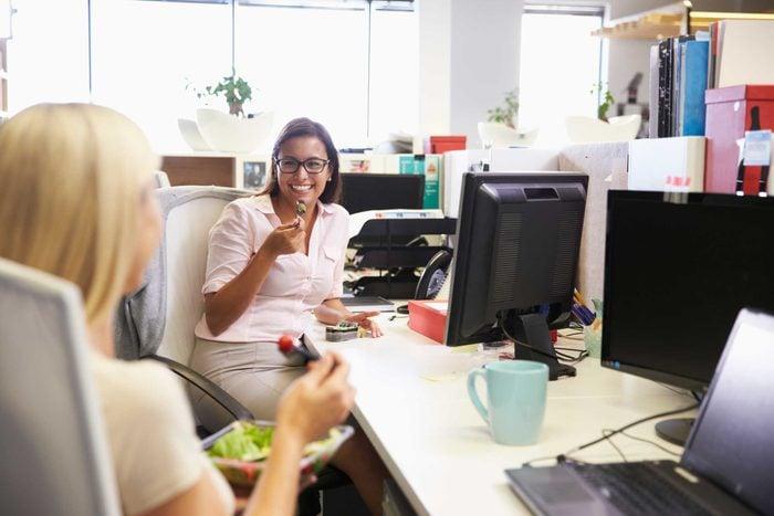Un très bon moyen pour démontrer votre affection à une collègue est de lui apporter un dîner de temps en temps.