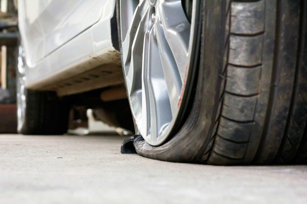 Voici quoi faire si vous crevez un pneu.
