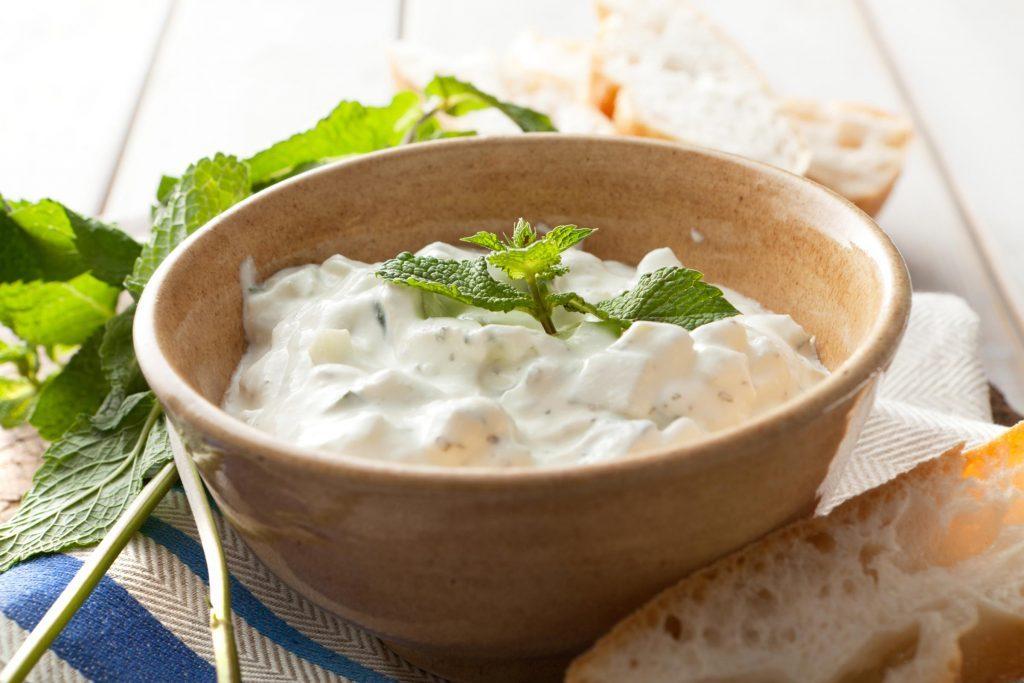 Le tzatziki est un mélange de yogourt égoutté, de sel, de concombres, d'ail et d'huile d'olive.