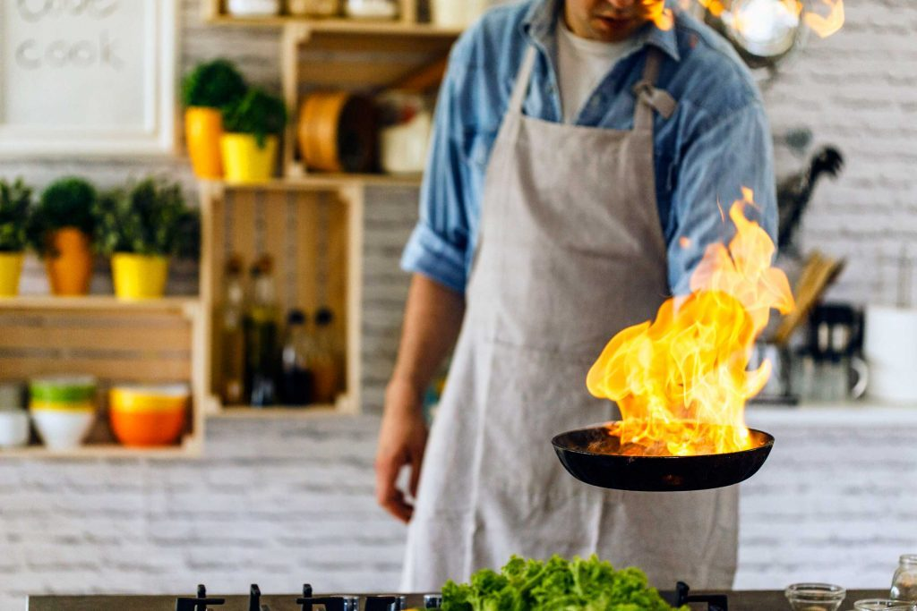 Pour un feu de poêle à frire, la première chose à faire est d'éteindre le brûleur et de mettre un couvercle sur la poêle.