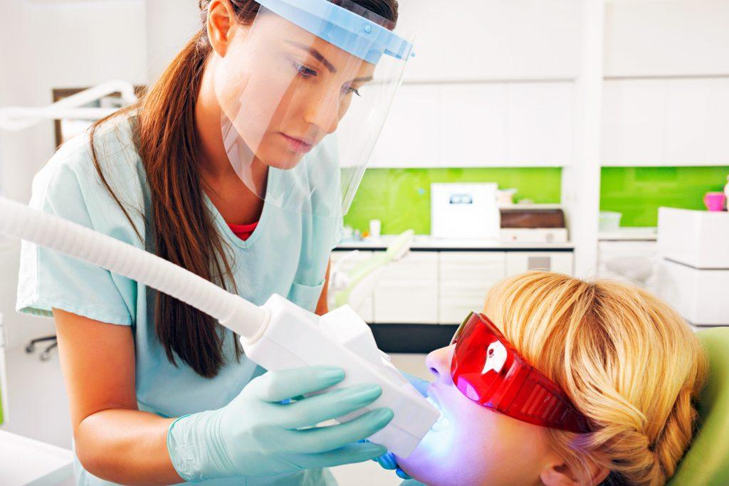 Si vos dents ont étés surexposées au fluor au cours des huit premières années de votre vie, vous pourriez avoir un problème d'ordre esthétique qui s'appelle la « fluorose ».