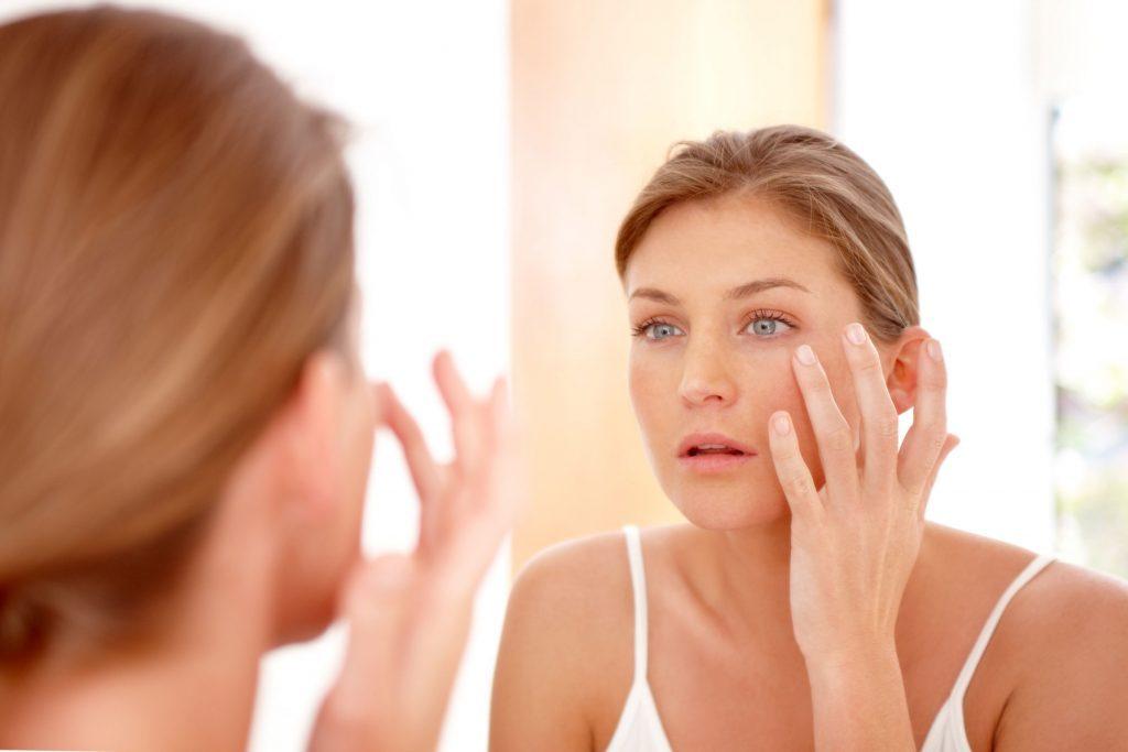 Pour camoufler votre gueule de bois, soulager vos yeux irrités avec des gouttes oculaires.