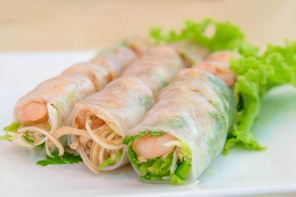 Enveloppez dans une feuille de laitue des légumes crus, des nouilles de riz avec des crevettes, du poulet, du bœuf ou du tofu: c'est cela un rouleau de printemps.