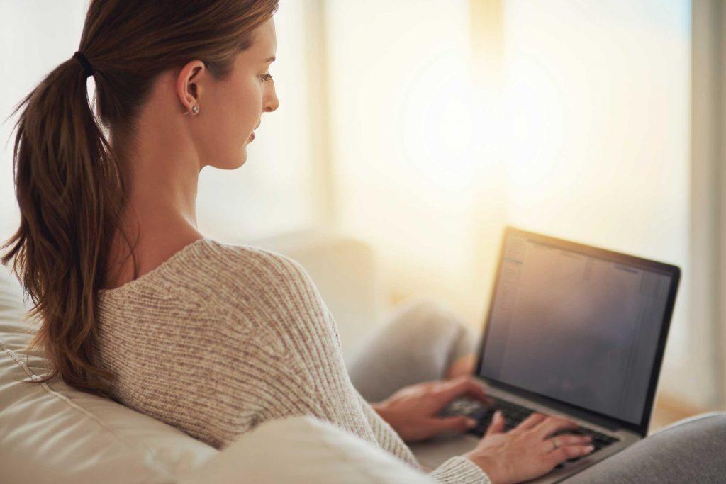 Au lieu de répondre à vos courriels au fur et à mesure qu'ils arrivent, attendez d'avoir cinq minutes ou consacrez-leur un moment précis de votre journée.