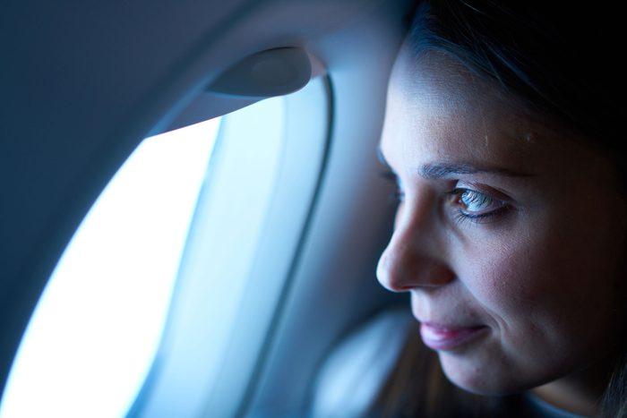 À moins d'être assis à côté de quelqu'un qui tousse ou qui éternue dans votre direction, les risques de tomber malade sont faibles.
