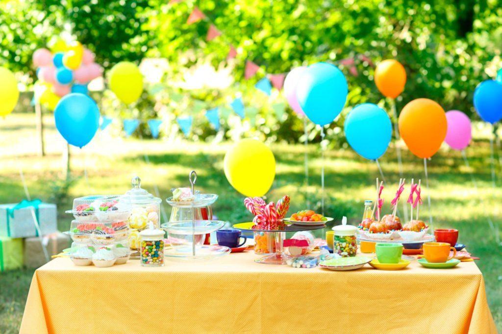 Décorez vos tables pour rajouter une pointe festive.