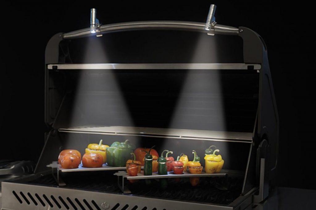 Pour préparer des repas en soirée, il vous faut ces lumières qui s'accrochent aux poignées de votre barbecue