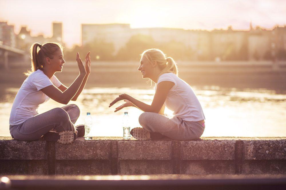 L'écoute est une qualité importante en amitié.