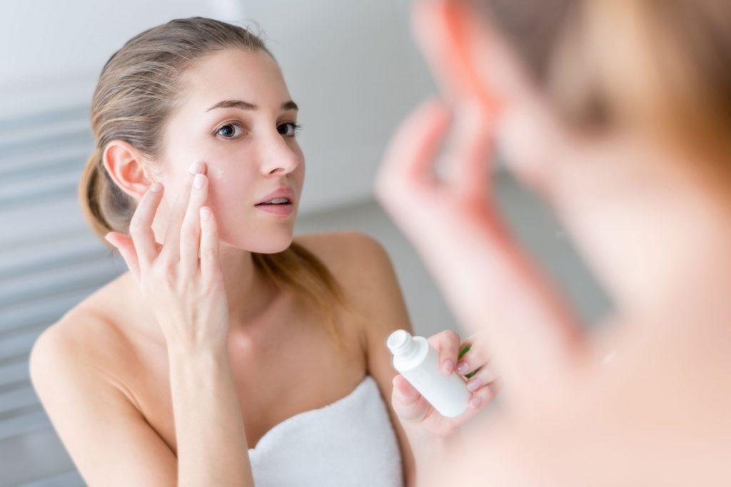 Utilisez une crème contour des yeux pour camoufler vos cernes dues à la gueule de bois.