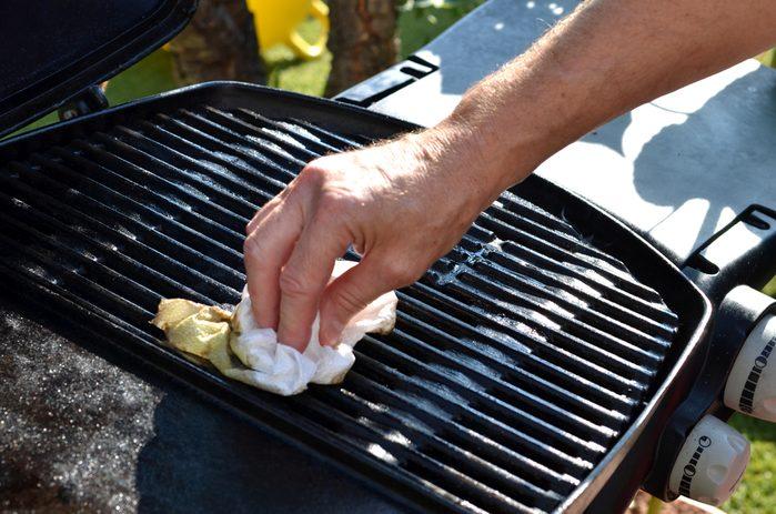 Le barbecue est maintenant propre, mais les aliments collent toujours.