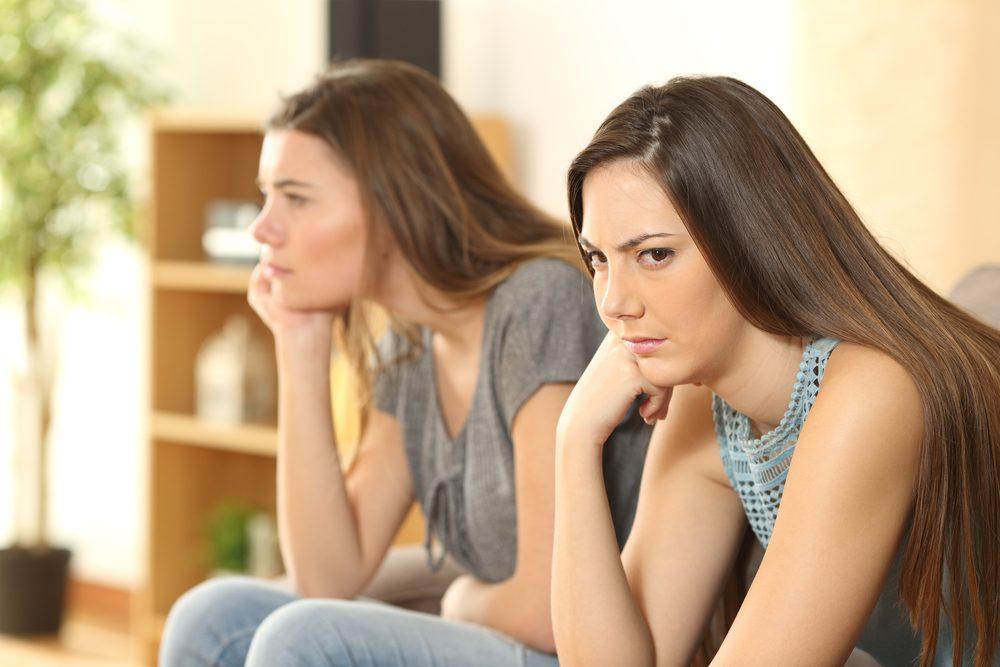 Si vous avez l'impression que votre amie vous juge, il s'agit peut-être d'une amitié toxique.