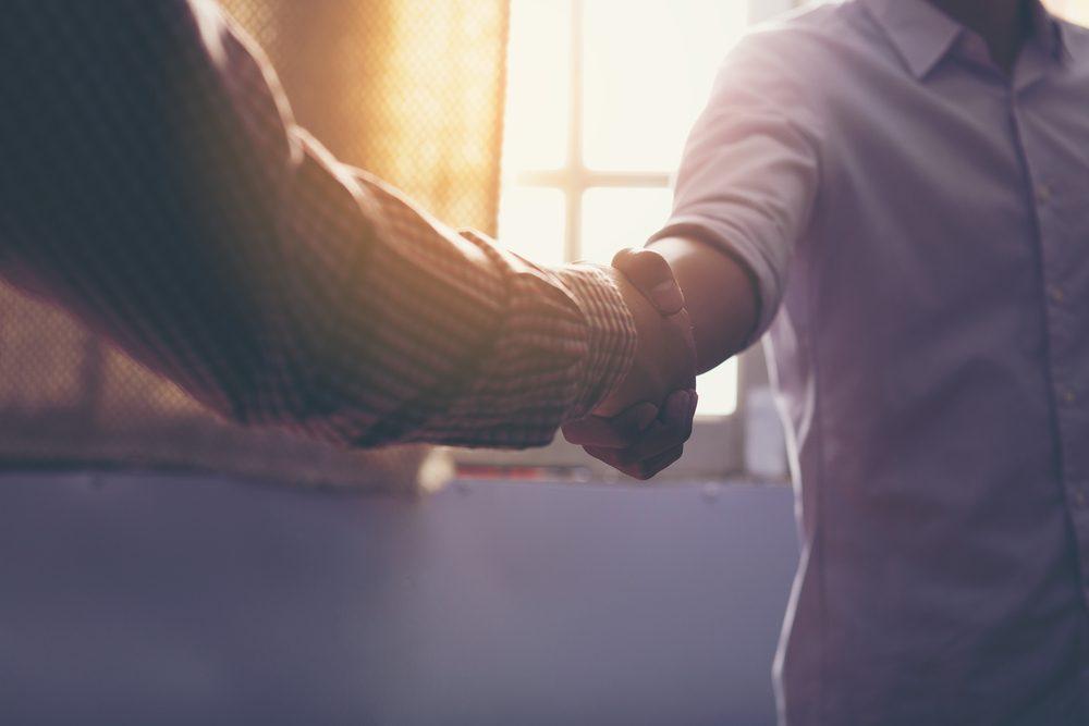 La poignée de main est primordial dans l'impression que vous faites sur les autres.