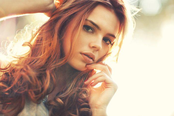 Certaines couleurs de cheveux conviennent aux teints clairs aux nuances chaudes.