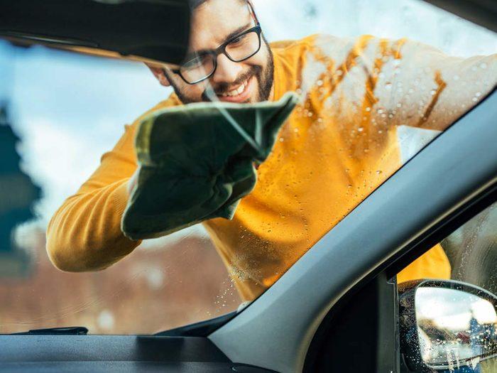 Laver les vitres avec de l'ammoniaque