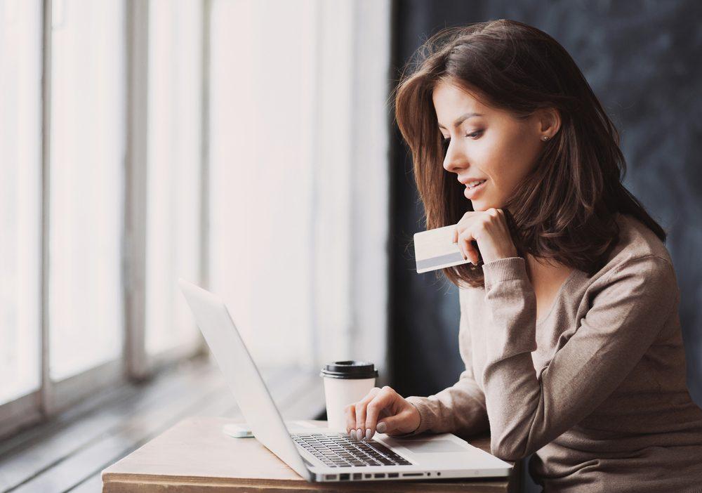Certains sites proposent des achats groupés et des cartes-cadeaux.