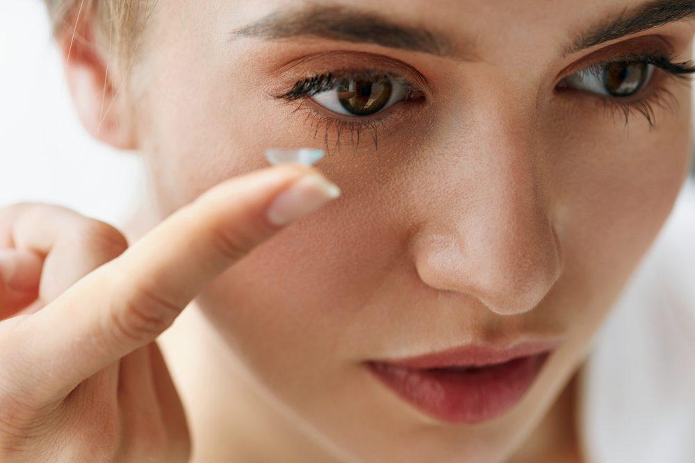 Pour un meilleur sommeil, enlevez vos lentilles avant de dormir.
