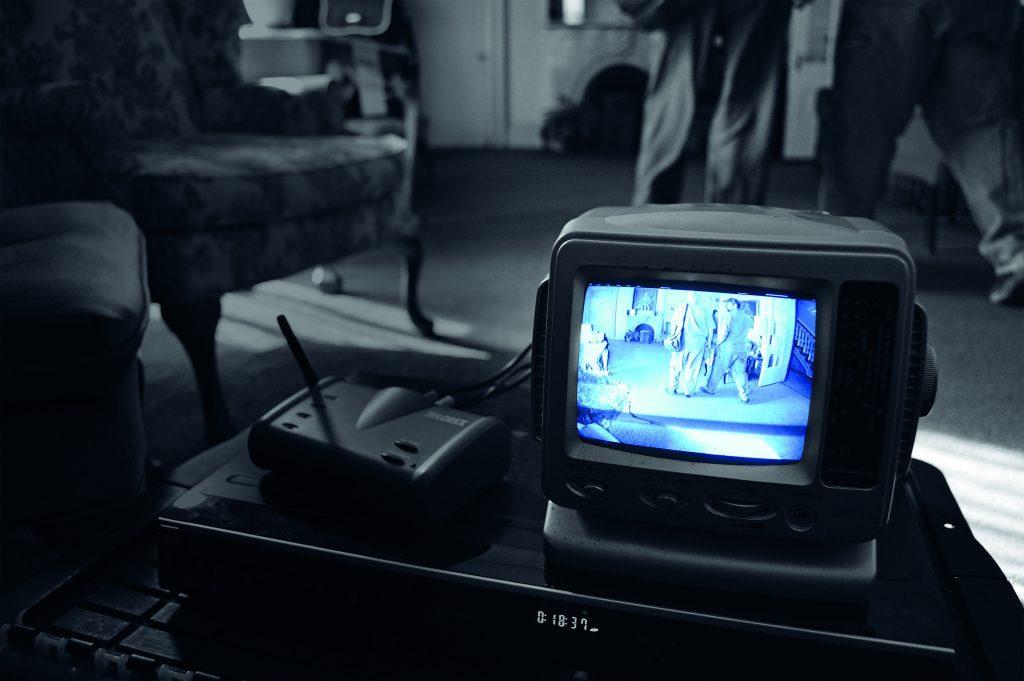 Les enquêteurs installent des caméras et des micros dans l'espoir de capturer la moindre bribe d'activité paranormale.