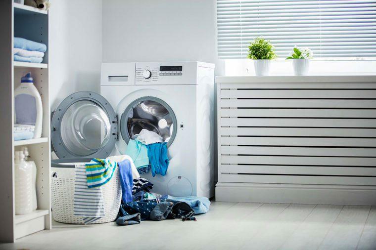 Comment faire le lavage: séparez bien vos brassées par couleur lorsque vous faites la lessive.