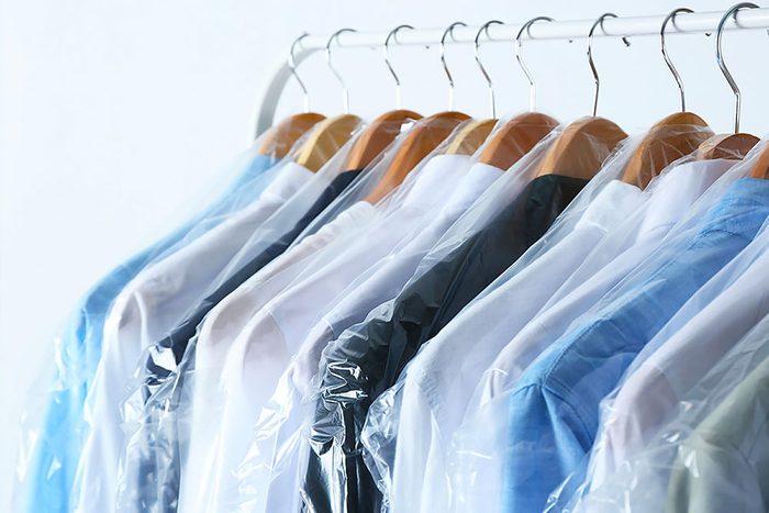 Ne lavez pas vos vêtements qui suscitent un lavage à sec.