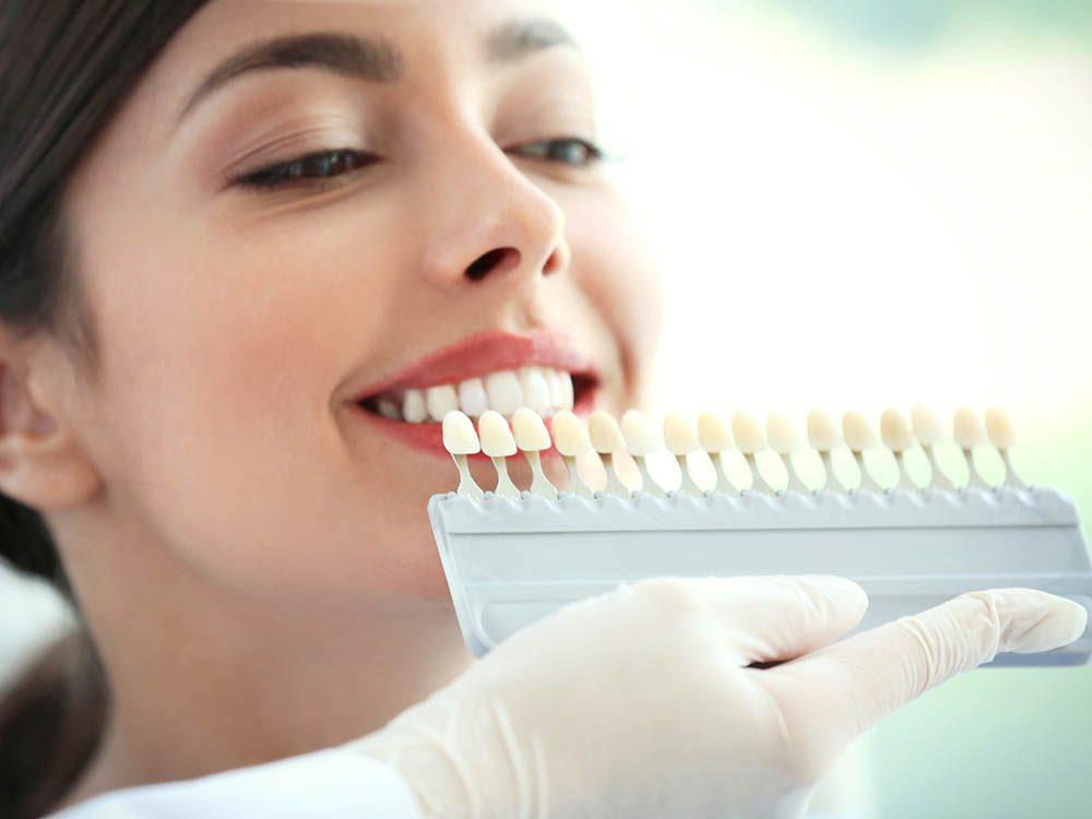 Le blanchiment des dents n'agit pas sur les couronnes.