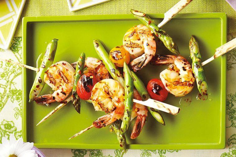 Recettes de brochettes de crevettes et asperges grillées.