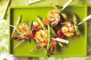 Brochettes de crevettes et d'asperges grillées