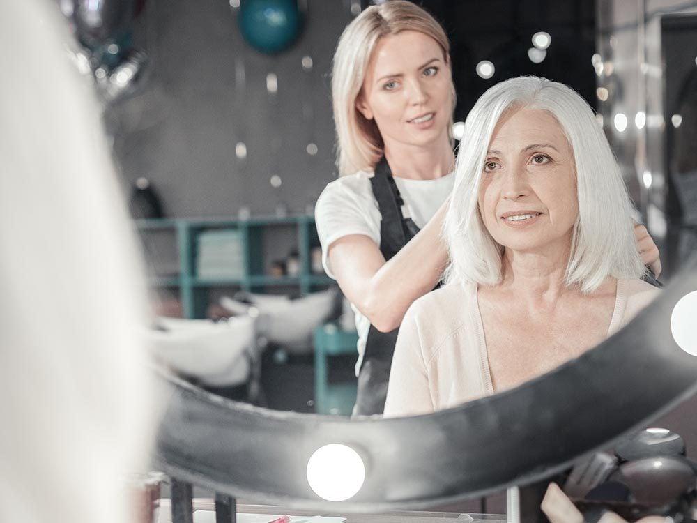 Vos cheveux gris vous paraitront plus clairsemés.