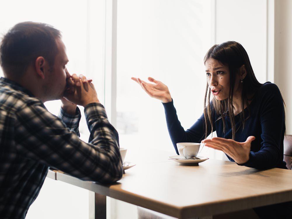 La personne toxique du couple menace souvent de rompre.