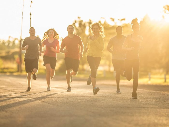 Passer de la marche à la course en groupe.