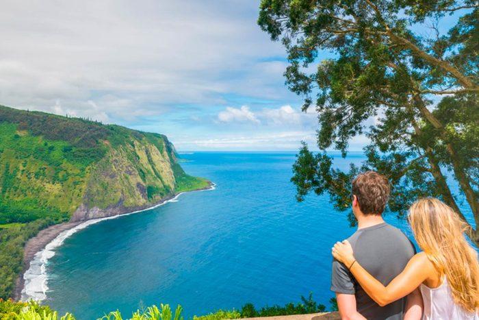 Un demande romantique en mariage: au bord de l'océan