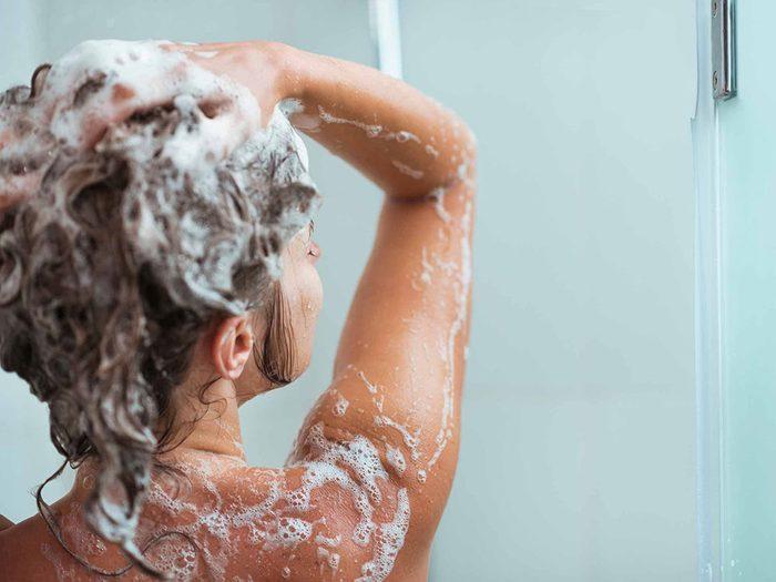 Erreur: vous relevez vos cheveux pour les laver.