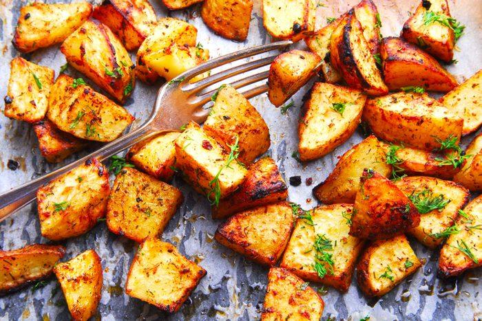 Mieux vaut ne pas réchauffer les patates au four à micro-ondes.