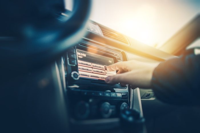 Pour devenir plus intelligent, écouter des baladodiffusions en voiture.