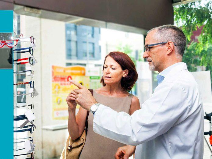 Les lunettes vendues en pharmacies sont tout à fait convenables.