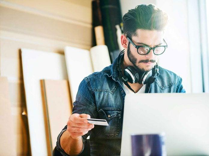 Vous pouvez économiser beaucoup en achetant des lunettes en ligne.