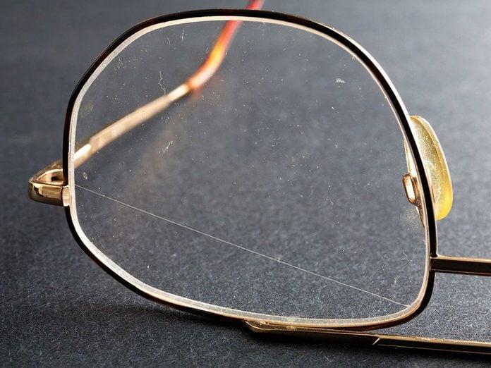Les éraflures sur les lunettes vous esquintent la vue.