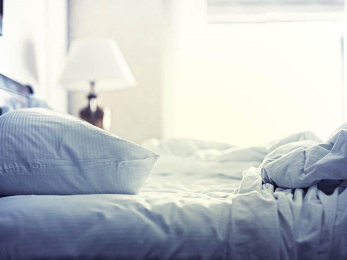 Manie nocturne qui énerve votre partenaire: Vous aimez la chambre trop chaude ou trop froide.