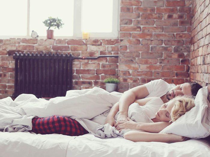 Manie nocturne qui énerve votre partenaire: Vous aimez trop vous coller.