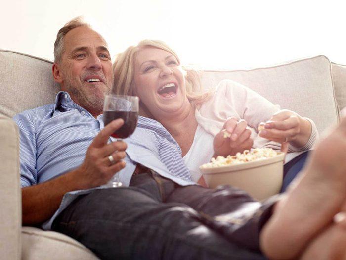 Manie nocturne qui énerve votre partenaire: Vous aimez regarder la télé tard le soir.