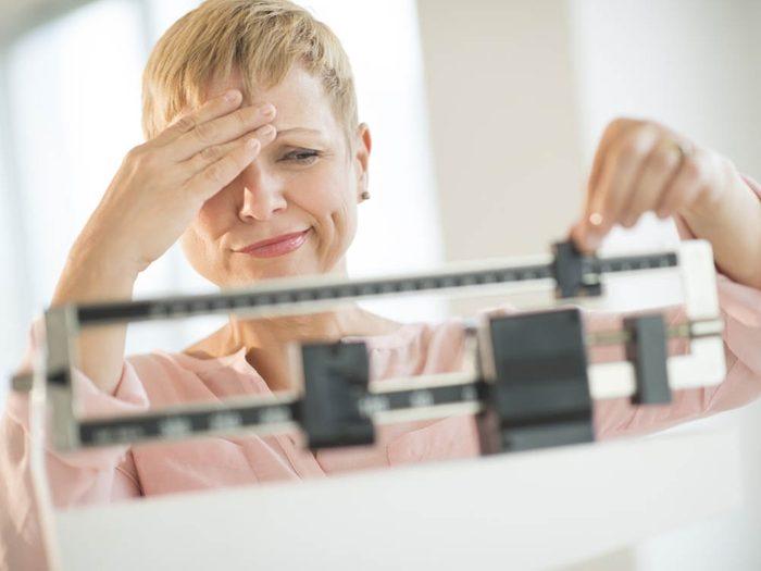 Un changement dans votre poids peut être un signe annonciateurs de la ménopause.