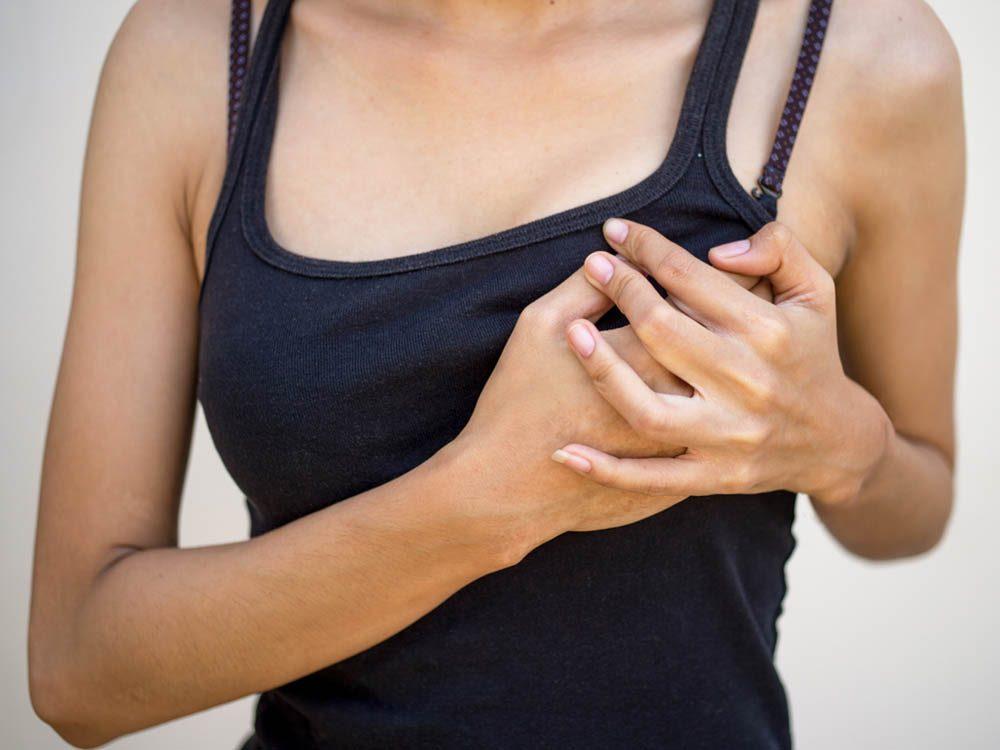 Signes annonciateurs de la ménopause: des douleurs dans la poitrine.