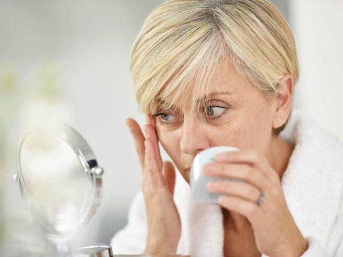 La ménopause pourrait rendre votre peau plus sèche.