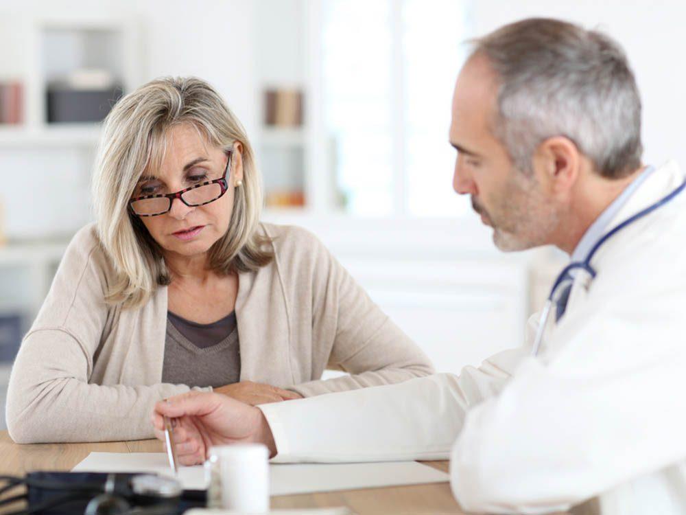 La ménopause peut entrainer une diminution de la densité osseuse.