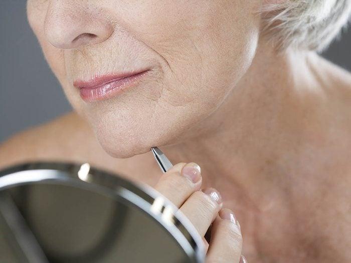 Signal annonciateur de ménopause: les poils au menton.