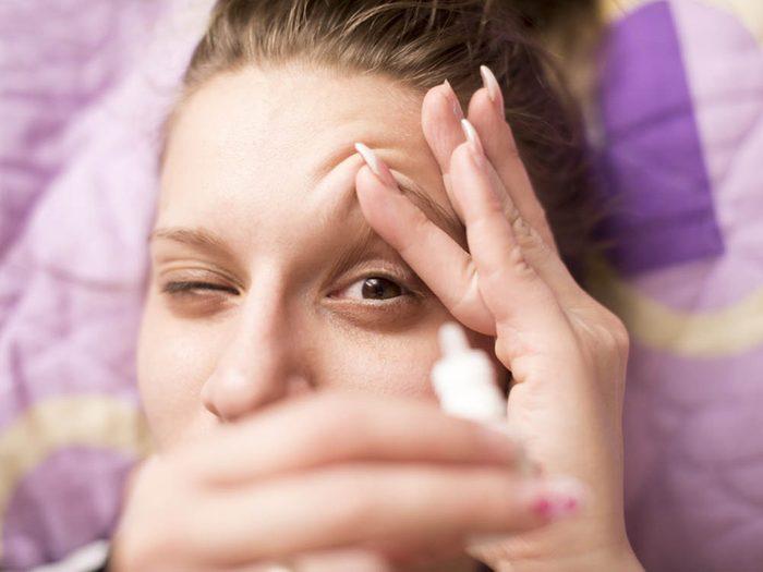 La sécheresse des yeux est un symptômes associés à l'arrivée de la ménopause.