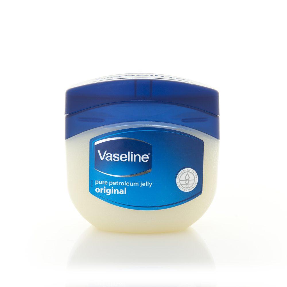 Produits pour bébé: la Vaseline pour adoucir les pieds