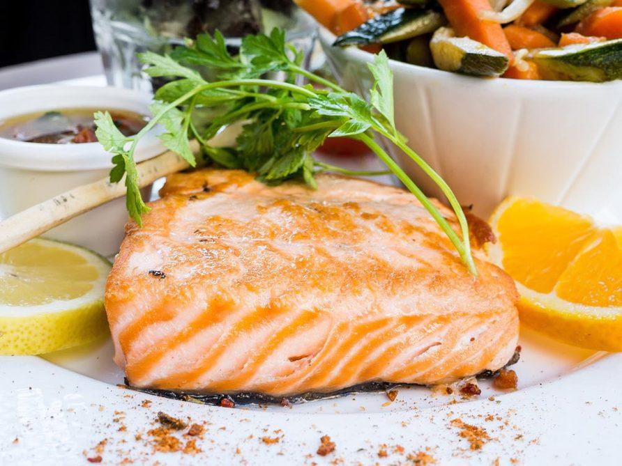 Recettes méditerranéennes à essayer: les filets de saumon froids, pochés en court-bouillon.