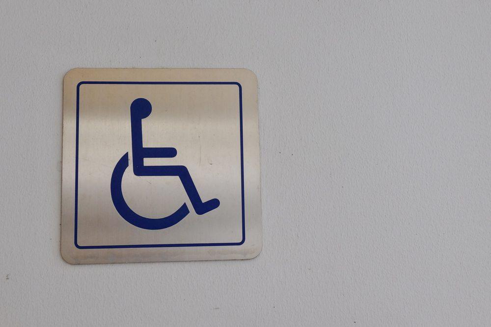 N'allez pas dans la cabine pour personnes handicapées.