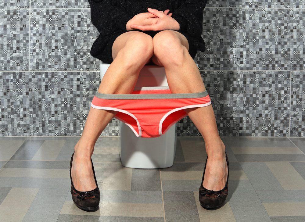 Aller aux toilettes sans bruit.